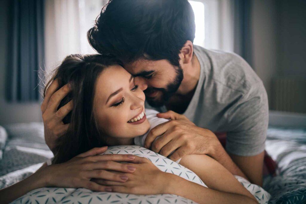 couple au lit l'un sur l'autre