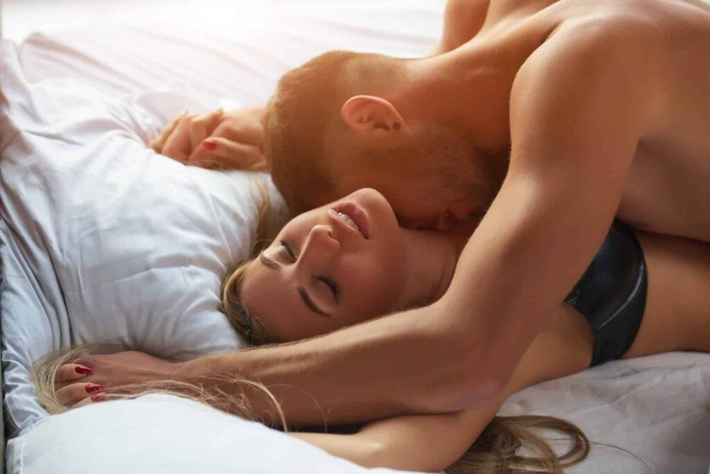 couple au lit, femme ayant un orgasme