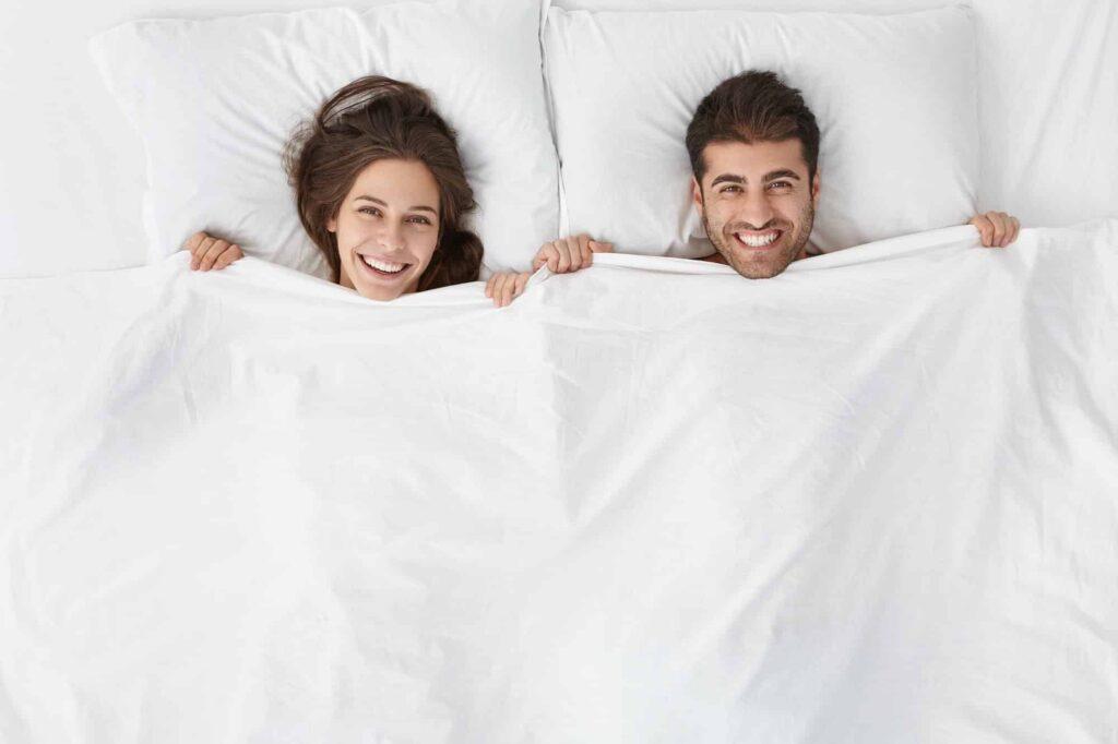 couple heureux dans le lit après un coit anal