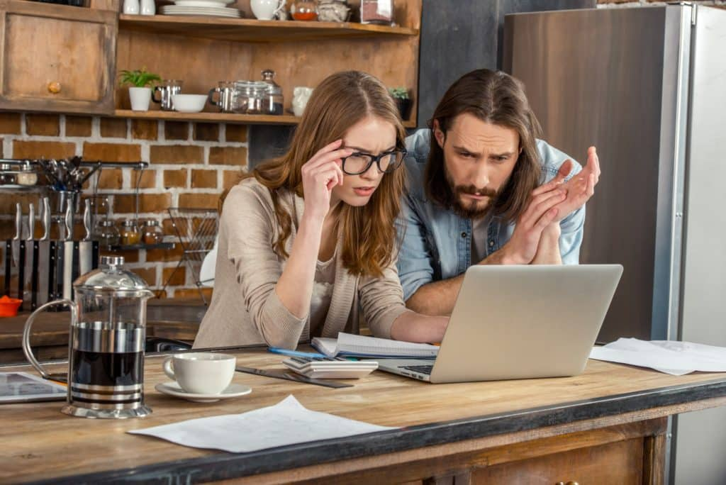 couple regarde sur internet comment réaliser un coït anal
