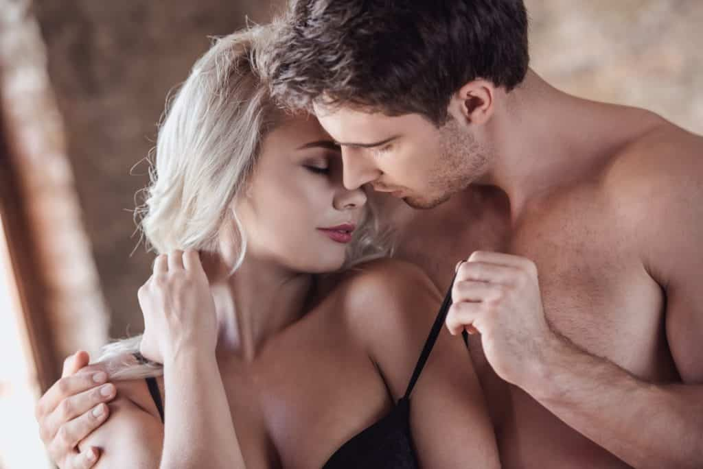 homme montre à sa femme qu'il la désire avant le cunnilingus