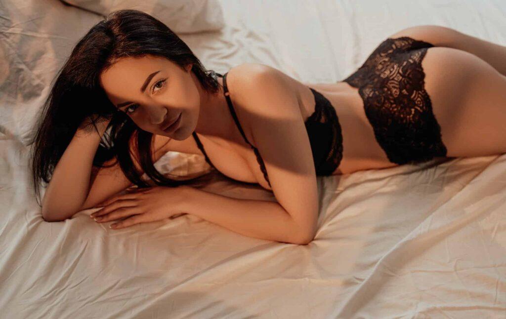 femme en sous vêtements allongée dans un lit