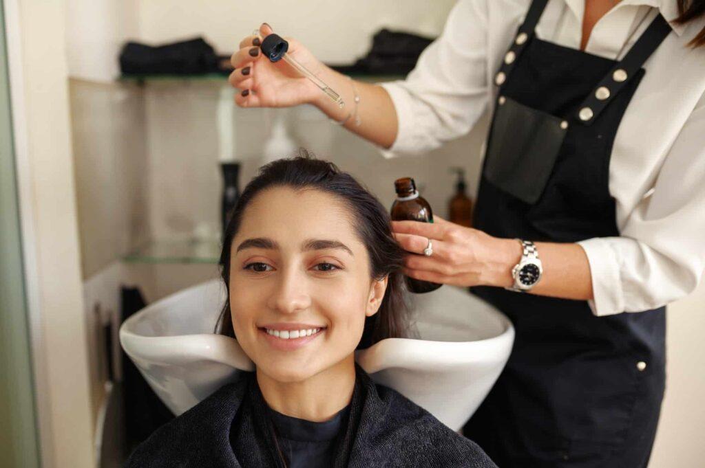 femme chez le coiffeur prend soin d'elle pour aimer son corps