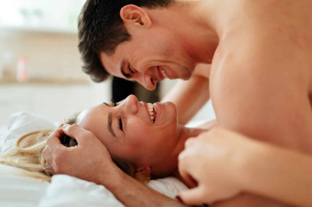 couple en train de rire tout en faisant l'amour