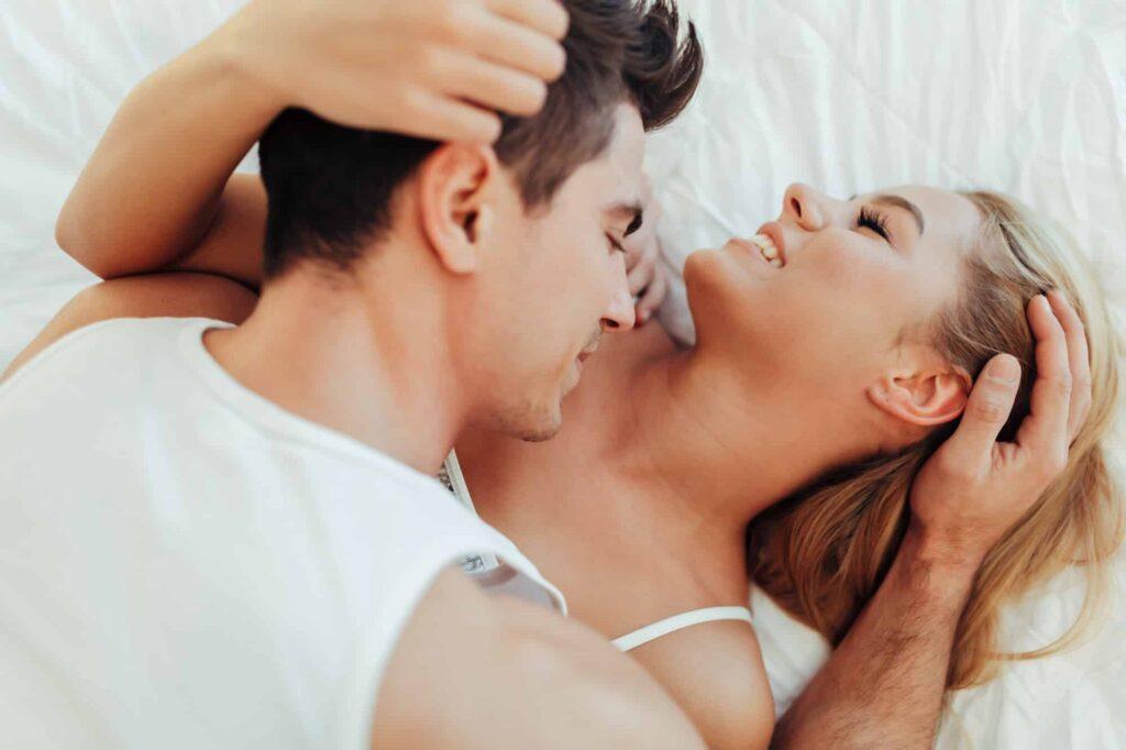 homme fait jouir une femme au lit
