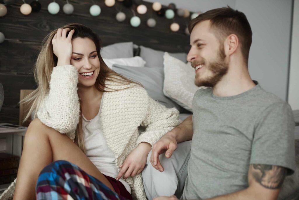 couple assis devant le lit discutent de leurs attentes sexuelles