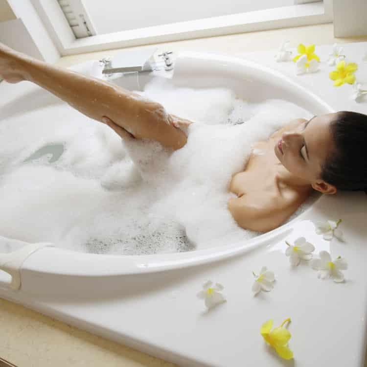Femme seule dans un bain moussant