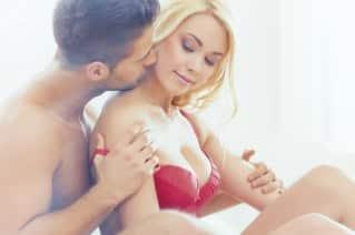 plaisir anal féminin : couple dans un lit