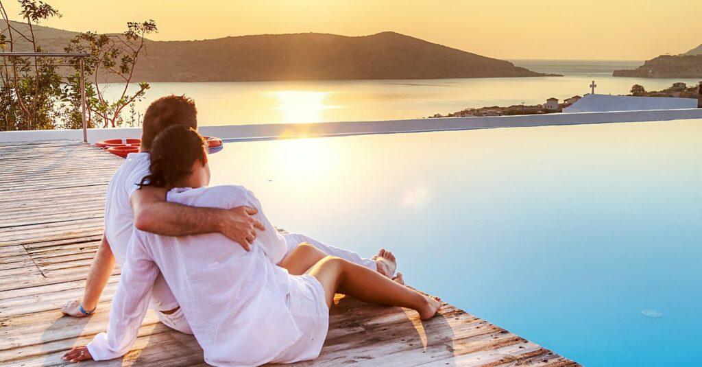 couple en vacance pour plaisir féminin plus fort