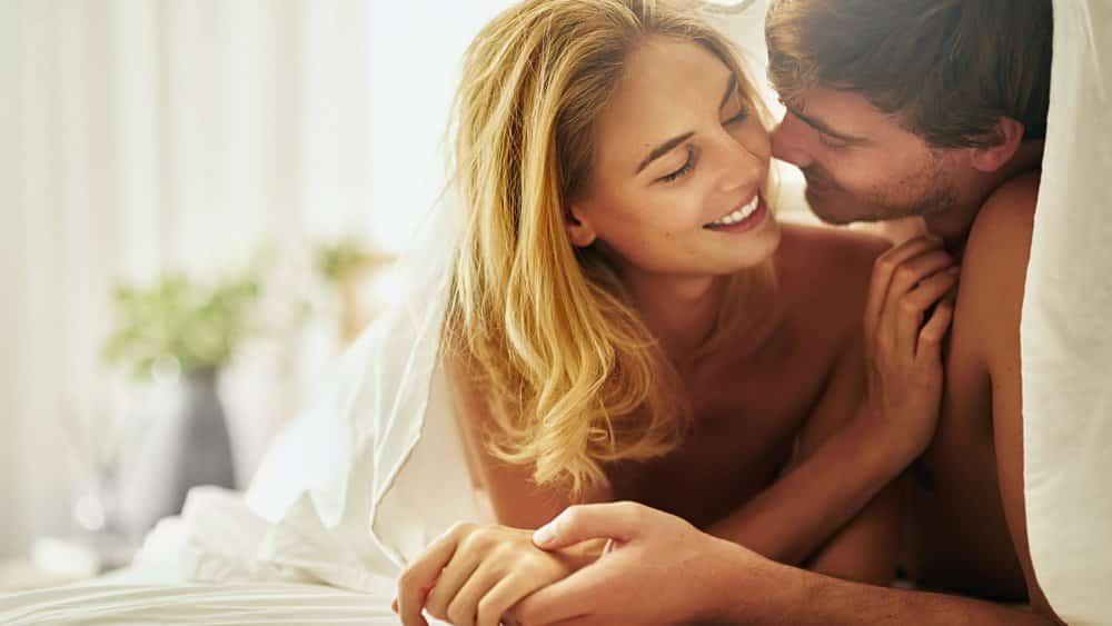plaisir anal féminin : homme te femme dans un lit
